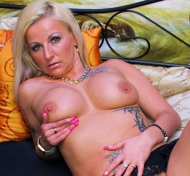 erfahrenes-camsex-luder-nackt-vor-der-sexcam